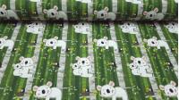 Tela Cretona Koalas y Pájaros Verde - Tela de algodón con cuerpo, con más gramaje que el popelín de algodón, con dibujos de koalas y pájaros en los árboles sobre fondo predominante verde. La tela mide 160cm de ancho y su composición 100% algodón.