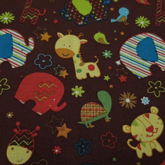 Tela Algodón Elefantes Jirafas Marrón - Tela de popelín algodón de temática infantil con dibujos de jirafas, elefantes, pajaritos, tortugas y tigres con mucho colorido sobre un fondo marrón chocolate con dibujos de estrellas y flores de colores. La tela m