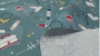 Tela Algodón Medicina Hospital Corazones - Tela de popelín algodón orgánico de temática médica con dibujos de estetoscopios, electrocardiogramas, jeringuillas, tiritas, muletas, termómetros…todo ellosobre un fondo gris con corazones grandes y estrellas