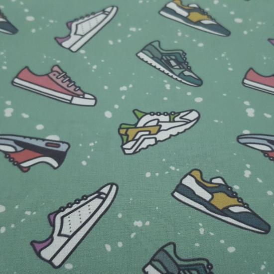 Tela Algodón Zapatillas Deporte Girls - Tela de popelín algodón orgánico con dibujos de varios modelos de zapatillas de deporte tipo running sobre un fondo verde menta con salpicaduras blancas. La tela mide 150cm de ancho y su composición 100% algodón.
