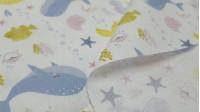 Tela Algodón Sirenitas Caracolas - Tela de popelín algodón orgánico de temática infantil donde aparecen dibujos de sirenas, caracolas de mar, pezes globo, corales, estrellas de mar, burbujas y más relacionados con el mundo marino… todo ello sobre un fondo