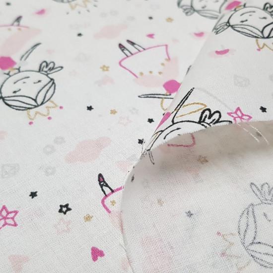 Tela Algodón Hadas Bailarinas - Tela de algodón infantil con dibujos de hadas bailarinas con su corona y varita mágica donde se aprecian brillos dorados y tonos fucsias, así como el fondo de nubes, corazones…sobre un fondo blanco. La tela mide 150