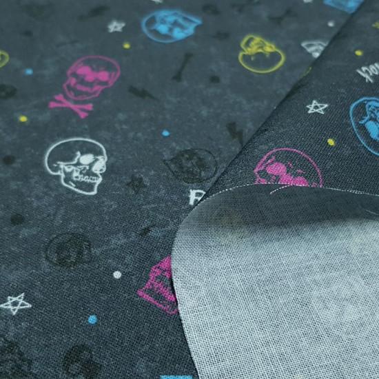 Tela Algodón Calaveras Rock - Tela de algodón con dibujos de calaveras de varios colores sobre un fondo gris oscurocon letras Rock,rayos de varios colores y huesos. La tela mide 150cm de ancho y su composición 100% algodón.