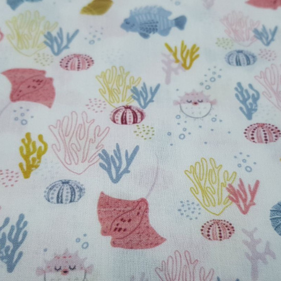 Cotton Coral Stingray fabric - Organic cotton poplin fabric with pictures of puffer fish, manta rays, corals, seashells... on a white background. The fabric is 150cm wide and its composition is 100% cotton