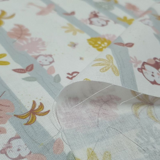 Tela Algodón Monitos Jungla Loros - Tela de popelín algodón orgánico con dibujos de monitos escondidos y colgados de árboles con hojas de jungla y loros sobre un fondo blanco. La tela mide 150cm de ancho y su composición 100% algodón.