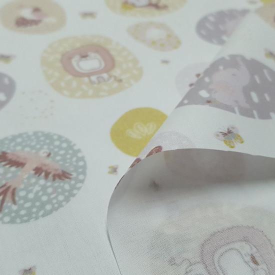 Tela Algodón Animales Jungla Círculos - Tela de popelín algodón orgánico con dibujos de temática jungla con animales y plantas dentro de círculos sobre un fondo blanco. Hay leones, monos, elefantes, águilas… La tela mide 150cm de ancho y su composición 10