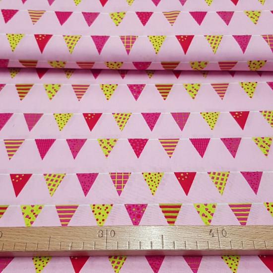 Tela Algodón Banderines Fiesta Rosa - Tela de algodón con dibujos de banderines de fiesta en varios colores y formas impresas sobre un fondo rosa. La tela mide 150cm de ancho y su composición 100% algodón.