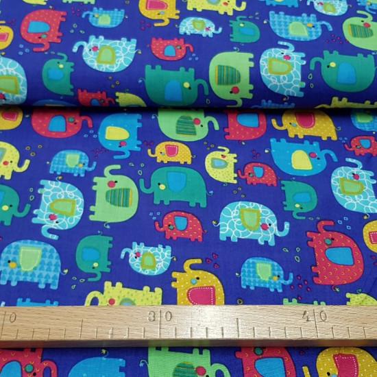 Tela Algodón Elefantes Coloridos - Tela de algodón infantil con dibujos de elefantes de varios colores, texturas y tamaños sobre un fondo de color marrón oscuro o también en fondo de color lila oscuro. Ideal para confecciones y complementos infantiles, fu
