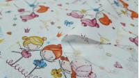 Tela Algodón Bailarinas Corazones - Tela de algodón tipo percal con dibujos de bailarinas bailando en grupo sobre un fondo decorado con estrellas, garabatos, coronas, lacitos…de colorines sobre un fondo blanco. La tela mide 150cm de ancho y su composi