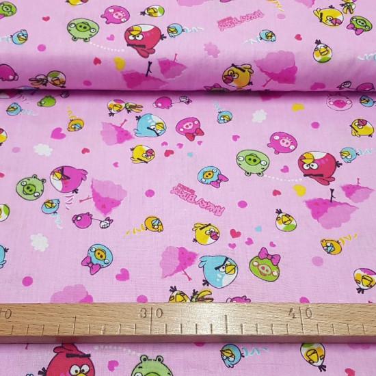 Tela Algodón Angry Birds Rosa - Tela de algodón con dibujos de los personajes del famoso videojuego Angry Birds, sobre un fondo de color rosa. La tela mide 150cm de ancho y su composición 100% algodón.