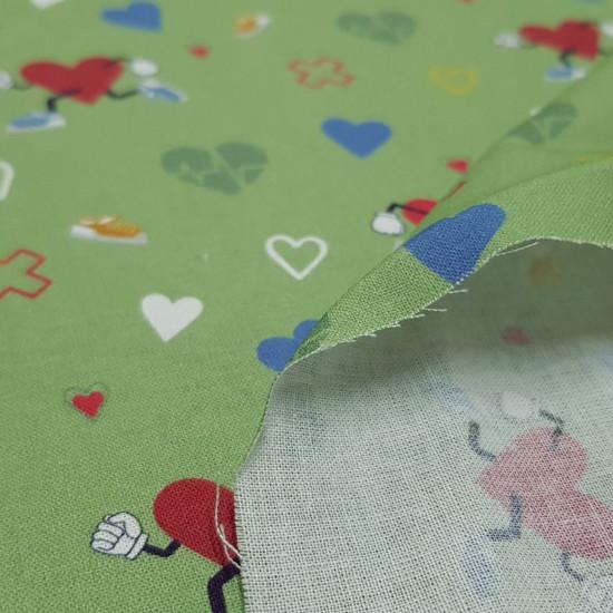 Tela Algodón Corazones Deporte Verde - Tela de algodón orgánico tipo popelín con dibujos de corazones haciendo deporte, otros corazones más pequeños y de diferentes colores y tiritas sobre un fondo de color verde. La tela mide 150cm de ancho y su composic