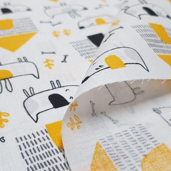 Tela Algodón Perritos Casas Amarillo - Tela de algodón infantil con dibujos de perritos divertidos sobre un fondo concasas, huesos y plantas, donde predominan los colores negro y amarillo. La tela mide 160cm de ancho y su composición 100% algodón.