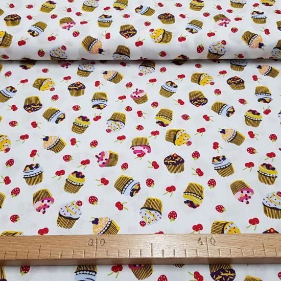 Tela Algodón Cupcakes Frutas Blanco - Tela de algodón con dibujos de cupcakes y frutas rojas, cerezas y fresas, sobre un fondo blanco. La tela mide 150cm de ancho y su composición 100% algodón.