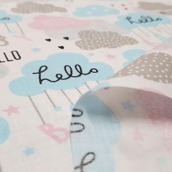 """Tela Algodón Nubes Hello Baby - Tela de algodón infantil con dibujos de nubes en colores dulcesy letras colgando de ellas formando la frase """"Hello Baby"""" La tela mide 160cm de ancho y su composición 100% algodón."""
