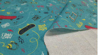 Tela Algodón Skate Azul Petroleo - Tela de algodón con dibujos de temática skate y otros elementos como cintas de cassette, rayos, cascos, notas musicales…contraste de colores sobre un fondo azul petroleo. La tela mide 150cm de ancho y su composición