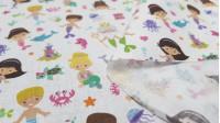 Tela Algodón Cuentos Sirenas - Tela de algodón empesa estampación digital con dibujos de cuentos de sirenas, donde aparecen también estrellas de mar, tortugas, cangrejos, cofres de tesoro… La tela mide 140cm de ancho y su composición 100% algodón.