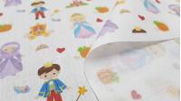 Tela Algodón Cuentos Cenicienta - Tela de algodón empesa estampación digital con dibujos de los personajes y elementos del clásico cuento de la Cenicienta sobre un fondo blanco. La tela mide 140cm de ancho y su composición 100% algodón.
