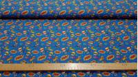 Tela Algodón Superhéroes Fondo Estrellas - Tela de algodón infantil impresión digital con dibujos de niñas, niños y mascotas disfrazadas de superhéroes sobre un fondo de color azul con estrellas de colores y onomatopeyas. La tela mide 140cm de ancho y su