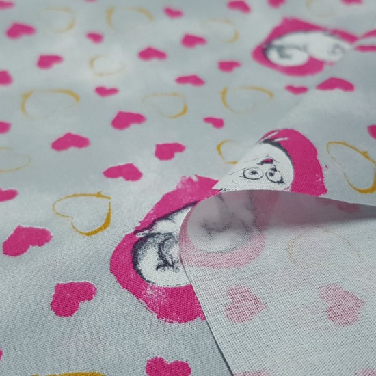 Cotton Pets Bridget Hearts fabric - Cotton fabric licensed Universal Pictures with drawings of the dog Bridget from the movie Pets on a gray background with gold and fuchsia hearts. The fabric is 150cm wide and its composition is 100% cotton.