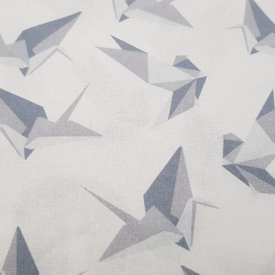 Tela Algodón Origami Gris - Tela de algodón con dibujos de pájaros y otras formas hechas de papel en color gris, representando a la técnica delorigami, sobre un fondo blanco. La tela mide 150cm de ancho y su composición 100% algodón.