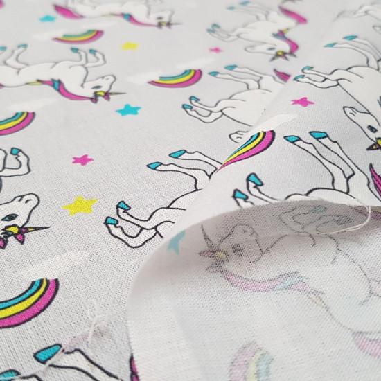 Tela Algodón Unicornios Estrellas Gris - Tela de algodón infantil impresión digitalcon dibujos de unicornios, estrellas y arcoiris sobre un fondo gris. La tela mide 150cm de ancho y su composición 100% algodón.
