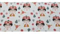 Tela Algodón Frida Infantil - Tela de algodón empesa impresión digital con dibujos infantiles de Frida Kahlo sobre un fondo blanco floreado y con calaveras grises. La tela mide 140cm de ancho y su composición 100% algodón.