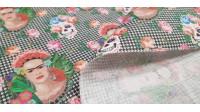 Tela Algodón Frida Pata Gallo - Tela de algodón empesa en impresión digital con dibujos de Frida y calaveras floreadas sobre un fondo de trama pata de gallo. La tela mide 140cm de ancho y su composición 100% algodón.