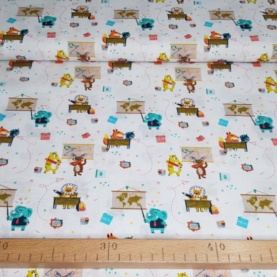 Cotton Animals Studying fabric - Organic cotton poplin fabric (GOTS) with pictures of animals in the class studying, sitting at desks and painting on the blackboard. The fabric is 150cm wide and its composition is 100% cotton.