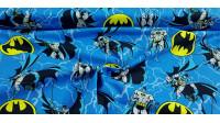 Tela Algodón Batman Azul - Tela de algodón ancho americano con dibujos del superhéroe Batman en varias poses y logotipos de Batman sobre un fondo donde predomina el color azul. La tela mide 110cm de ancho y su composición 100% algodón.