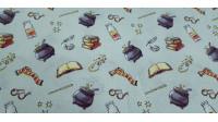 Tela Algodón Harry Potter Objetos Calderos - Tela de algodón ancho americano con dibujos de objetos de la famosa saga Harry Potter, donde aparecen bufandas, gafas, calderos, libros de magia... sobre un fondo de color azul claro. La tela mide 110cm de anc