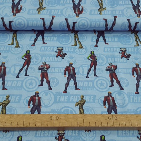 Tela Algodón Marvel Guardianes de la Galaxia de pie - Tela de algodón con dibujos de los personajes Marvel Guardianes de la Galaxia, donde aparecen posando de pie Star-Lord, Groot, Gamora, Drax y Rocket Racoon sobre un fondo de color azul con logotipos y