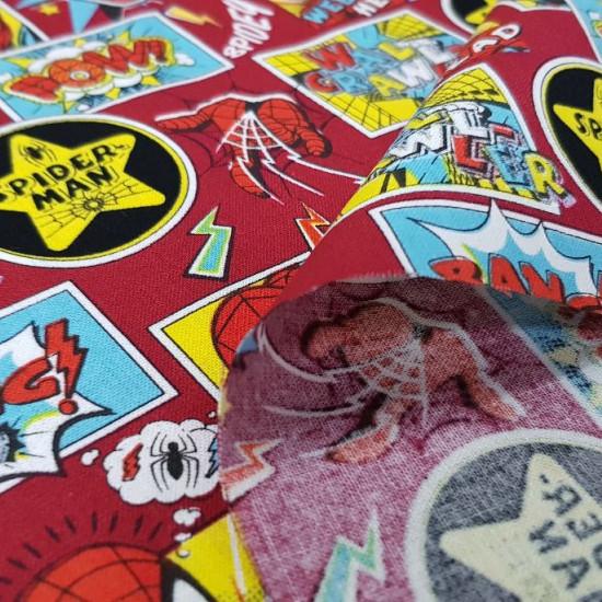 Tela Algodón Spiderman Collage - Tela de algodón ancho americano con dibujos de caras del personaje Spiderman, telarañas, rayos y parches sobre un fondo de color rojo oscuro. La tela mide 110cm de ancho y su composición 100% alg