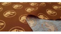 Tela Algodón Jurassic Logos Cognac - Tela de algodón con dibujos de logos de Jurassic Park sobre un fondo de color naranja cognac. La tela mide 150cm de ancho y su composición 100% algodón.