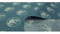 Tela Algodón Jurassic Logos Verde - Tela de algodón con dibujos de logos de Jurassic Park sobre un fondo de color verde petroleo. La tela mide 150cm de ancho y su composición 100% algodón.