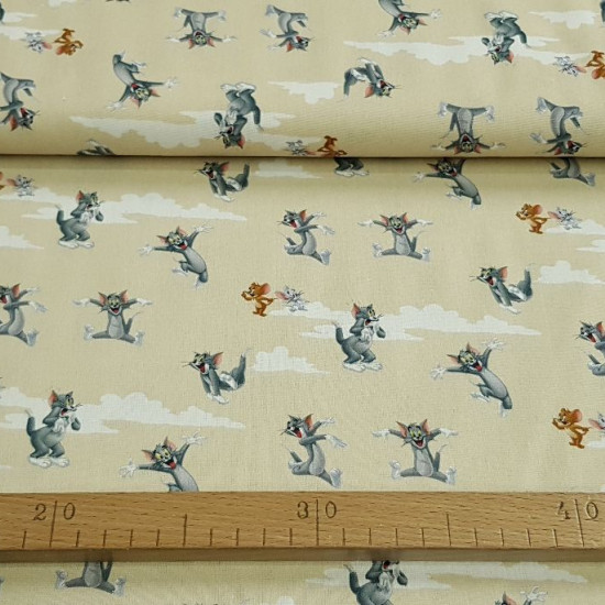 Cotton Tom Jerry Clouds Beige fabric - Cotton fabric with drawings of the Tom and Jerry characters on a beige/cream background with clouds. The fabric is 140cm wide and its composition is 100% cotton.