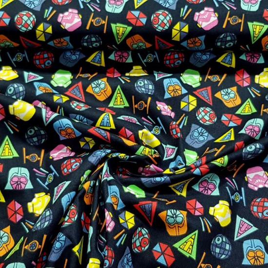 Tela Algodón Star Wars Iconos Coloridos - Tela de algodón ancho americano licencia con dibujos de iconos coloridos de temática Star Wars sobre un fondo oscuro. La tela mide 110cm de ancho y su composición 100% algodón.