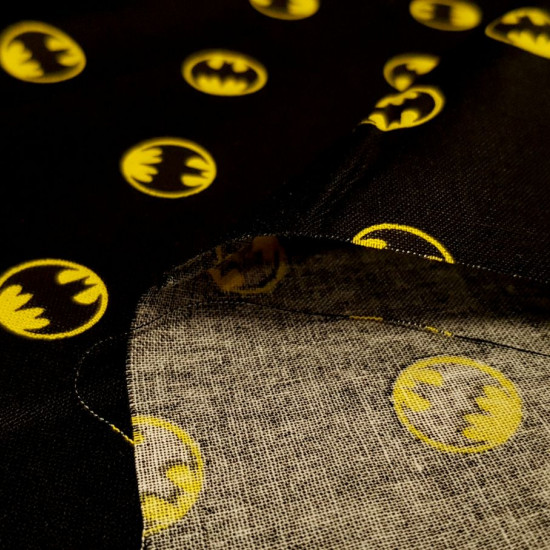 Batman Cotton Circular Logo Black fabric - Licensed cotton fabric with drawings of the Batman logo in circles on a black background. The fabric is 110cm wide and its composition is 100% cotton.