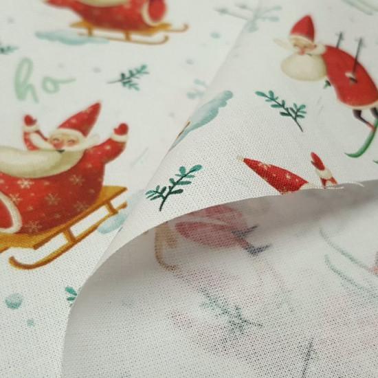 Tela Algodón Navidad Papa Noel Trineos - Tela de algodón navideña con dibujos de Papá Noel esquiando y también subido en sutrineo sobre un fondo blanco con copos de nieve y letras ho ho ho. La tela mide 150cm de ancho y su composición 100% algodón.