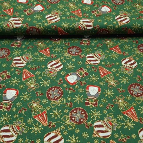 Tela Algodón Navidad Adornos y Copos - Tela de algodón de temática navideña con dibujos de adornos de navidad, copos de nieve dorados y varios adornos más sobre un fondo verde. La tela mide 150cm de ancho y su composición 100% algodón