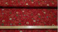 Tela Algodón Navidad Estrellas Copos - Tela de algodón navideña con dibujos de estrellas y copos de nieve envarios colores sobre fondo rojo. La tela mide 140cm de ancho y su composición 100% algodón.