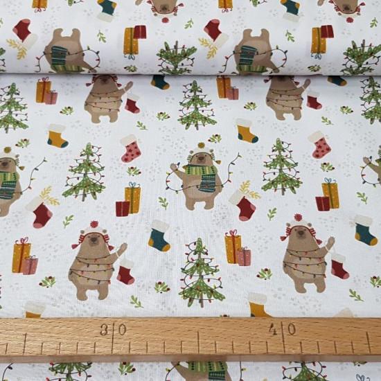 Tela Algodón Navidad Osos Decorando - Tela de algodón orgánico con dibujos de temática navideña, donde aparecen divertidos osos decorando árboles de navidad con sus luces y otros adornos. La tela mide 150cm de ancho y s
