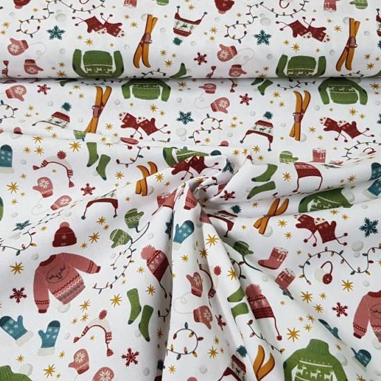 Tela Algodón Navidad Ropa Invierno - Tela de algodón orgánico con dibujos de ropas de invierno contemática de navidad. La tela mide 150cm de ancho y su composición 100% algodón.