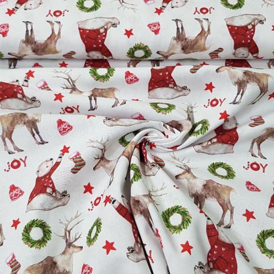 Tela Algodón Navidad Joy Osos y Renos - Tela de algodón orgánico de temática navideña con dibujos de osos con jerseys rojos, renos y varios adornos de navidad, sobre un fondo blanco. La tela mide 150cm de ancho y su composici&oa