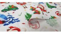 Tela Algodón Papá Noel Camioneta Regalos - Tela de algodón orgánico con dibujos de papá noel llevando regalos en una camioneta, donde también aparecen casas, bastones de caramelo y estrellas sobre un fondo blanco. La tela mide 150c