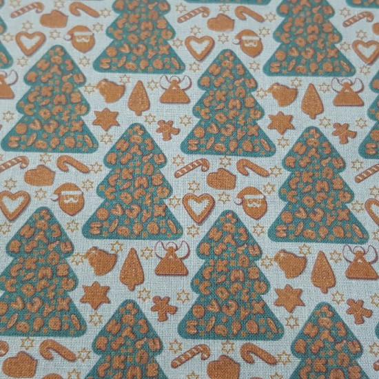 Tela Algodón Navidad Abetos Galletas Jengibre - Tela de algodón empesa impresión digital con dibujos de árboles con galletas de jengibre adornando, sobre un fondo claro. La tela mide 140cm de ancho y su composición 100% algodón.
