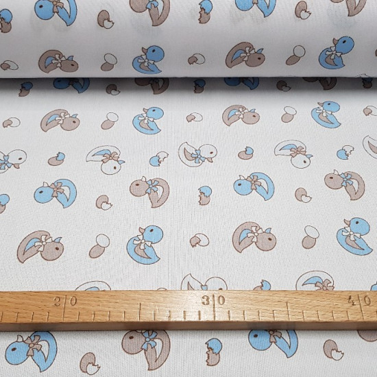 Tela Piqué Patitos - Tejido de Piqué de Canutillo estampado con dibujos infantiles de patitos y huevos en colores azul y gris sobre fondo blanco.