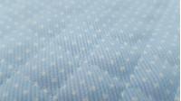Tela Piqué Acolchado Lunares Blancos - Tela de piqué acolchada de color celeste con lunares blancos pequeños. Tela ideal para proyectos infantiles y sobretodo complementos de bebé como bolsas, cambiadores, sobres para pañal... La tela mide 150cm de ancho