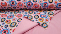 Tela Softshell Flores Formas - Tela Softshell en impresión digital con dibujos de flores, círculos con forma de flores de muchos colores sobre un fondo rosa. La parte interior que lleva el polar fino también es de color rosa. La tela Softshellse comp