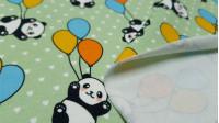 Tela Punto Algodón Digital Pandas Globos - Tela de punto algodón impresión digital con dibujos de ositos panda cogidos a globos de colores sobre un fondo de color claro con corazones blancos pequeños. La tela mide 150cm de ancho y su composición 94% algod