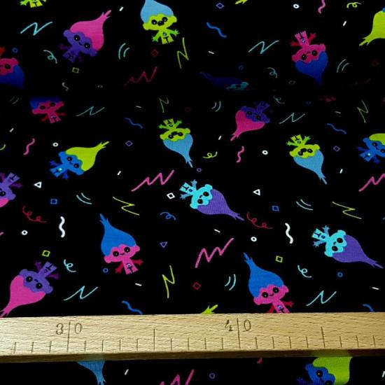 Tela Punto Algodón Trolls Colores - Tela de punto algodón tipo camiseta con dibujos de los personajes Trolls de varios colores llamativos sobre un fondo negro. La tela mide 150cm de ancho y su composición 95% algodón - 5% elastano.